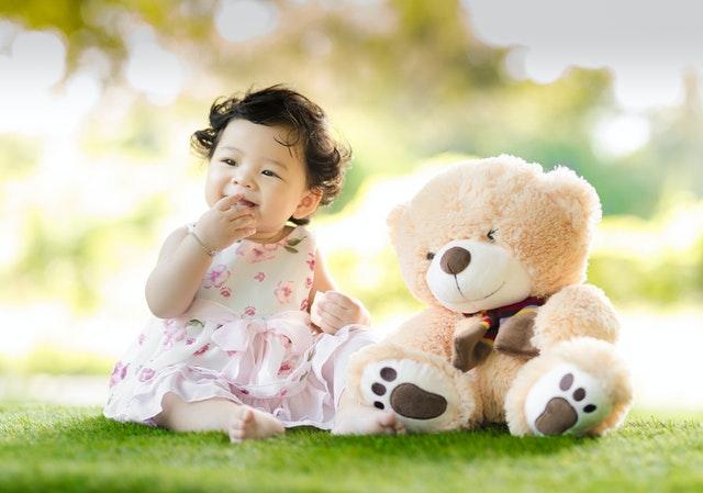 Perkembangan Bayi 12 Bulan yang Umum Terjadi